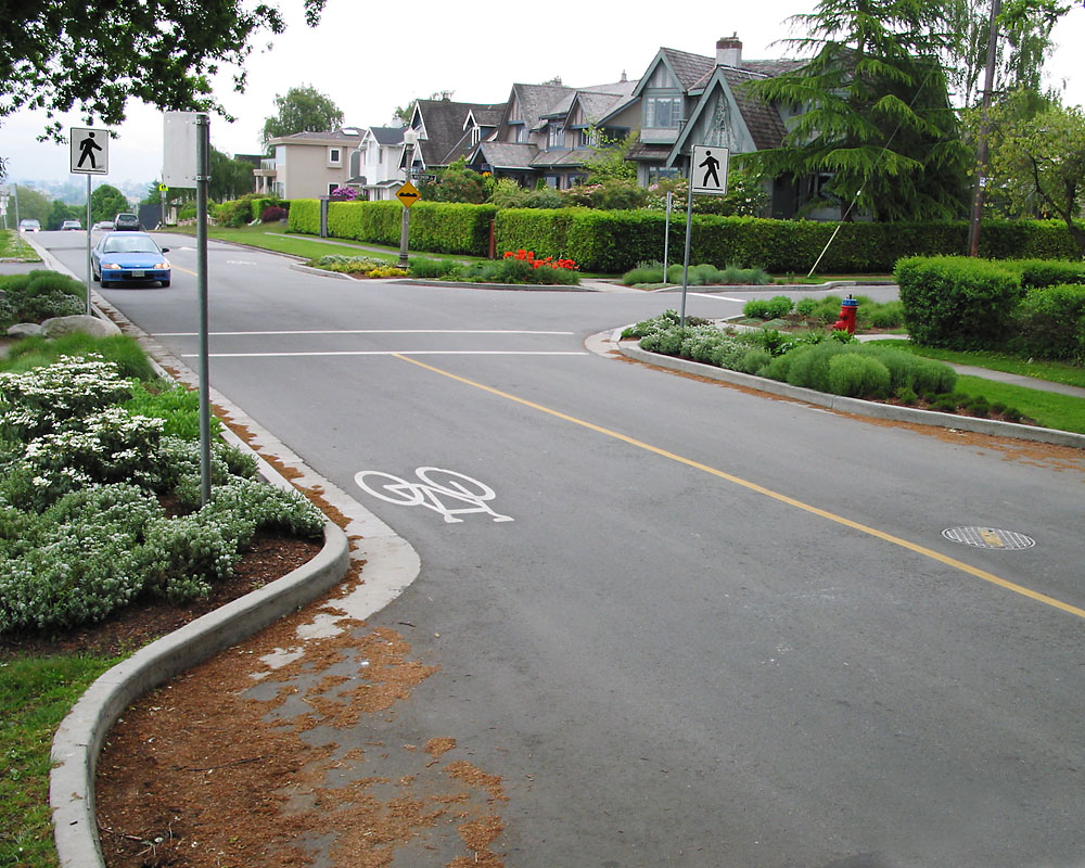 Curb extensions at crossing. Richard Drdul. Flicker (CC BY-SA 2.0)